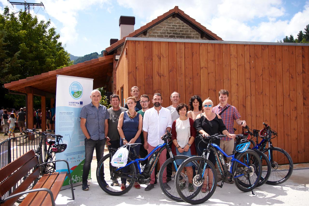Personas, bicicletas, edificio de madera,